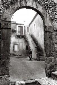 Giocare in cortile - Melilli Via Calvario - 1980Giocare in cortile - Melilli Via Calvario - 1980
